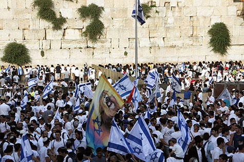 In front of the Wailing Wall, part of the underpinning foundation of Herod's temple, Jews celebrate the liberation of Jerusalem in June of 1967, a photograph that illustrates the subject Signs Taking Place Today in Jews and Gentiles, in iglesia-de-Cristo.com.